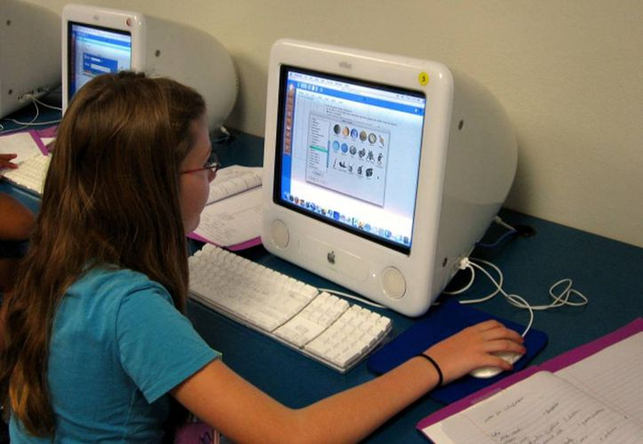 Cuatro mil 800 estudiantes están en carreras que tienen que ver con la industria de la tecnologías de la información y egresan 800 en promedio, pero el problema es la especialización. Imagen de una estudiante. (SIPSE/Archivo)