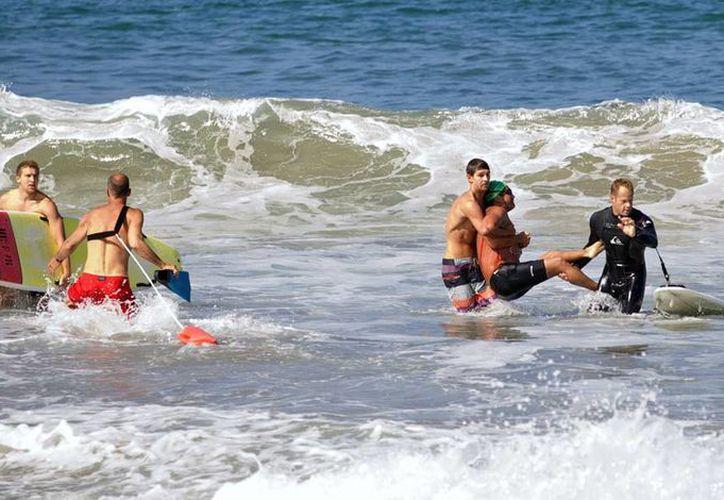 El rescate de Steven Robles tras el mordisco de un tiburón blanco, en Manhattan Beach, California. (Foto AP Photo/goofyfootphotography.com, Laura Joyce)
