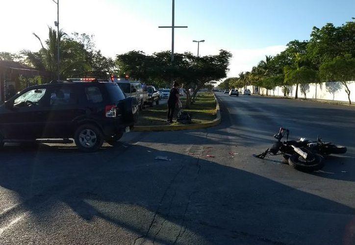 Tras el impacto, el motociclista salió volando y cayó metros después sobre el pavimento. (SIPSE)