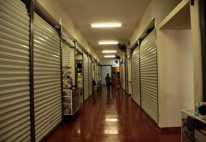 37 de los 72 locales del Centro Comercial Popular lucen cerrados ahora, ya que los exambulantes que los ocupan venden muy poco y han preferido regresar a las calles. (SIPSE)
