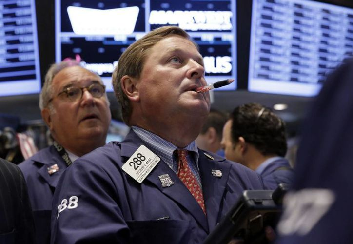 El pánico se apoderó este martes del mundo financiero, las bolsas operan a la baja y la venta del dólar y euro continúan al alza. (Agencias)