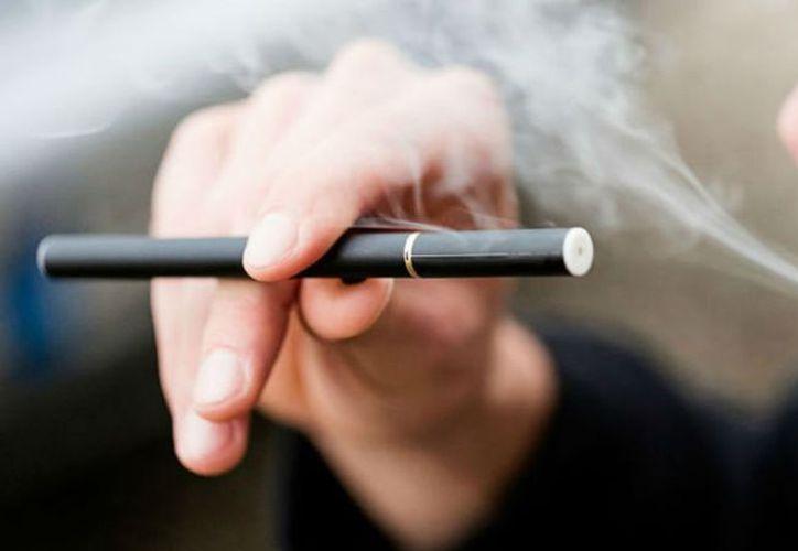 Expertos aseguran que los cigarrillos electrónicos contienen químicos dañinos como la acroleína (que puede causar daño a los pulmones). (Vanguardia MX)