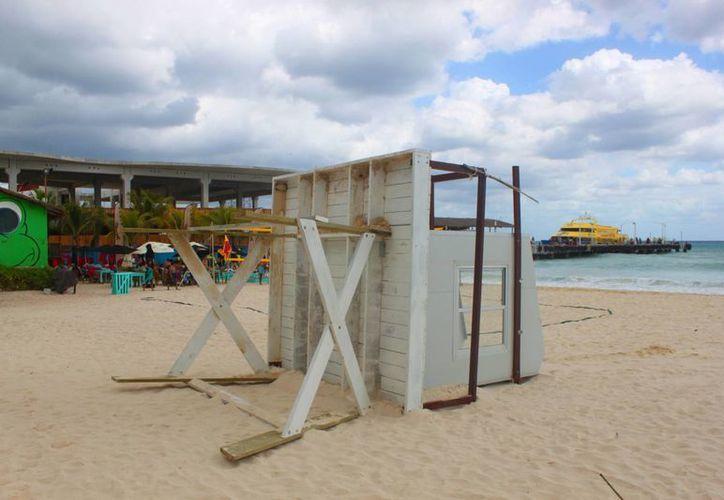 Los fuertes vientos de la madrugada del viernes derribaron una torre de guardavidas municipales. (Daniel Pacheco/SIPSE)