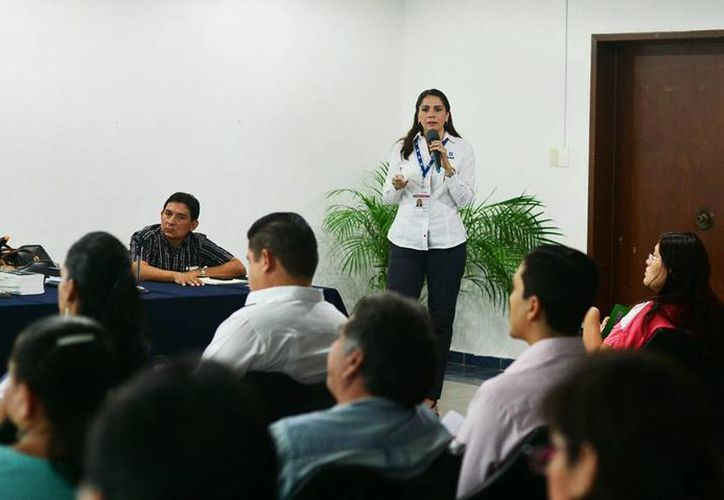 Leticia Jeannet Martínez Medina, administradora del SAT Yucatán, durante una plática a contribuyentes en las oficinas de la dependencia. (Milenio Novedades)