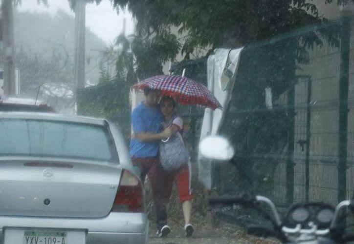 La lluvia también ocasionó un rápido descenso en la temperatura, de 34 a 22 grados en una hora. (SIPSE)