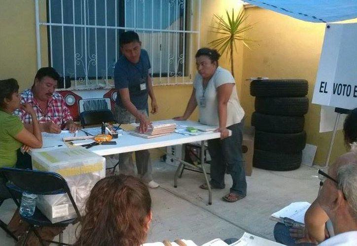 Las mesas directivas comenzaron el cierre de casillas en Solidaridad. (Adrián Barreto/SIPSE)