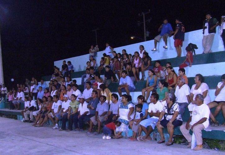 Los habitantes piden que el domo deportivo se construya en la cancha local y no en la de béisbol, donde se puso la primera piedra. (Rossy López/SIPSE)