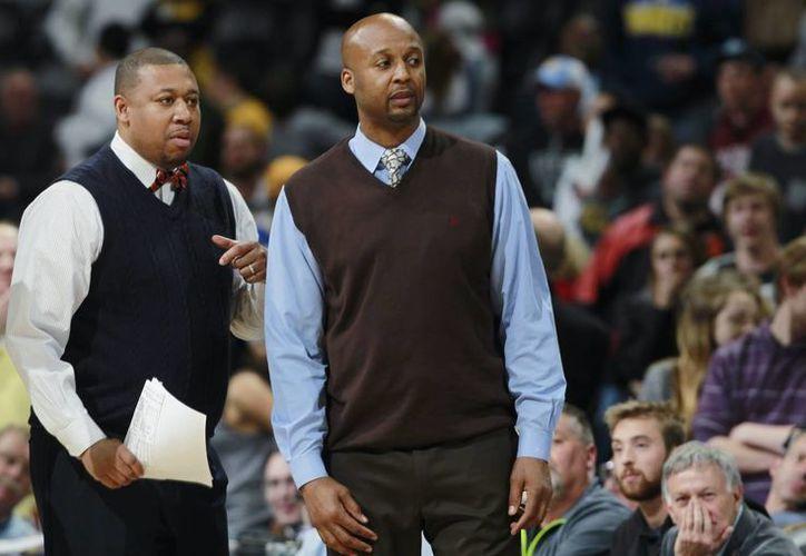 El asistente de Nuggets de Denver, Melvin Hunt (i) se encargará de dirigir al equipo interinamente debido al despido del entrenador Brian Shaw (d). (Foto: AP)