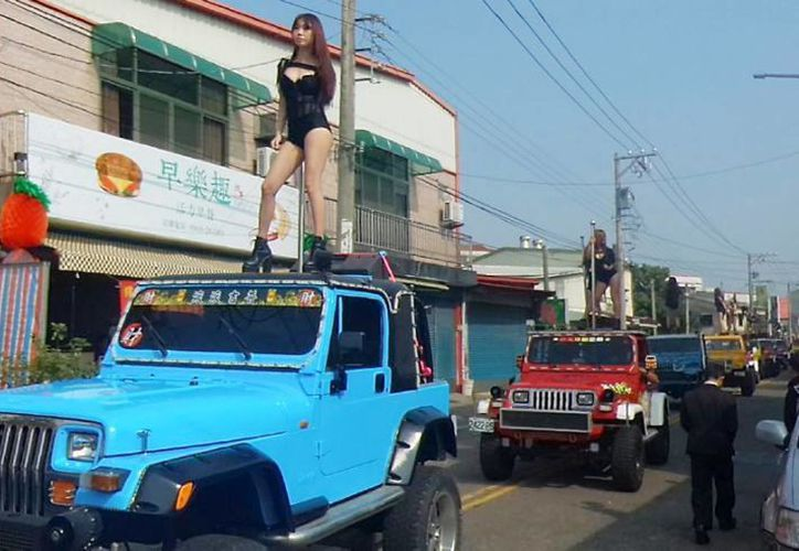 El funeral de un político taiwanés contó con la presencia de 50 bailarinas exóticas, una banda y marionetas gigantes. (Yahoo)