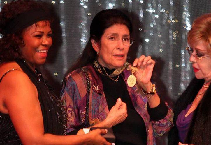 Raquel Olmedo (c), al lado de Silvia Pinal (d) durante una distinción por parte de la Asociación Nacional de Actores (ANDA). (Foto de archivo de Notimex)
