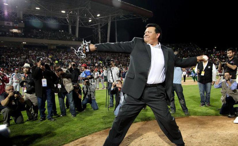 El 'Toro' Valenzuela lanza la primera bola, previo al partido estelar de la primera jornada de la Serie del Caribe 2013. (Notimex)