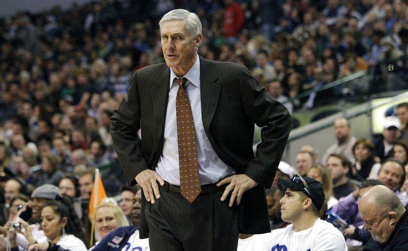 El 11 de diciembre de 2010, el entrenador en jefe del Jazz de Utah, Jerry Sloan, observa las acciones durante un partido frente a los Mavericks, en Dallas. (AP Foto/Tony Gutierrez, archivo)