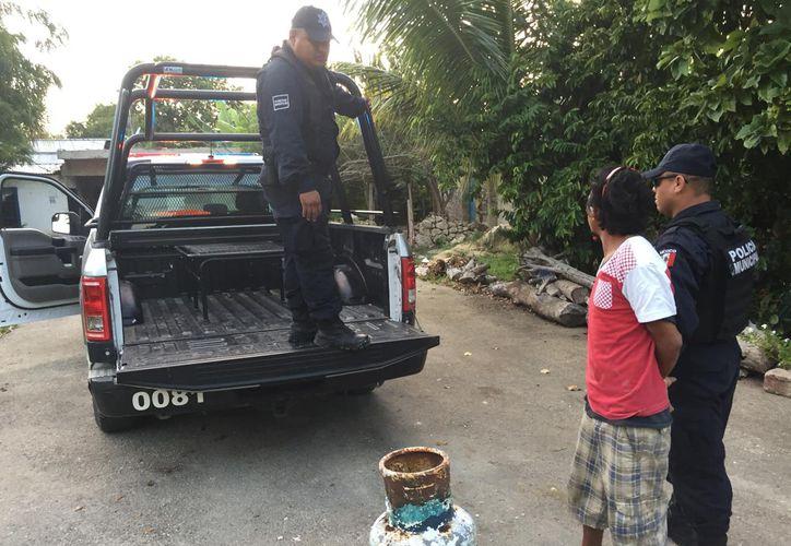 Oficiales pusieron a disposición de las autoridades al detenido. (Foto: Redacción/SIPSE)