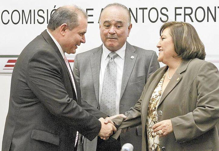 El Senador Marco Antonio Blásquez (izq) conversa con Ernesto Ruffo y Silvia Garza. (Milenio)