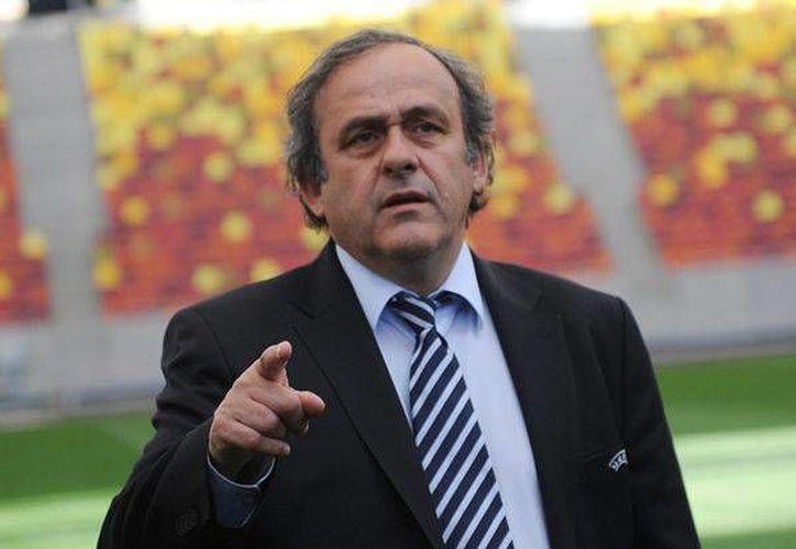 Michel Platiní se dijo contento después de ser interrogado por la Fiscalía de Suiza debido a un multimillonario pago a Josep Blatter. (futbolsapiens.com)