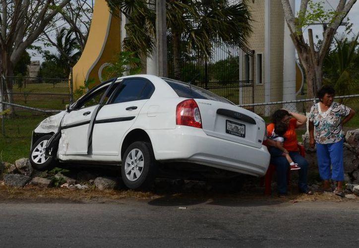 La menor quedó a cargo de un familiar que llegó al sitio del accidente, mientras que su madre fue llevada al IMSS T-1. (Cuauhtémoc Moreno/SIPSE)
