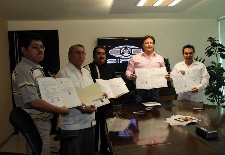 Con el convenio de Autogestión de Salud y Seguridad en el Trabajo, Grupo SIPSE refrenda su liderazgo en Yucatán. Imagen de los directivos de la empresa y autoridades de la STPS. (Milenio Novedades)