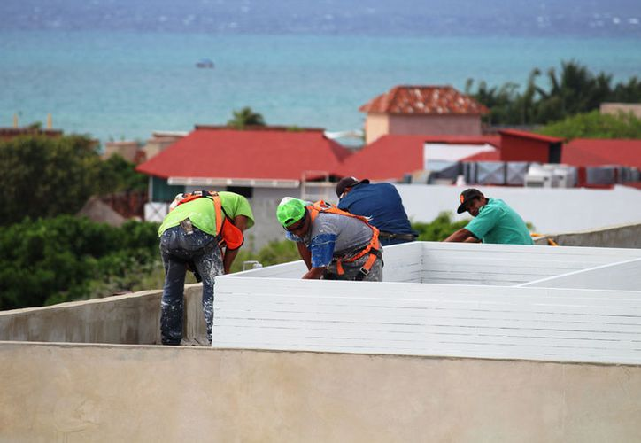 Protección Civil exhorta a las empresas a permitir que los alarifes tengan pausas para evitar las horas de mayor calor. (Octavio Martínez/SIPSE)