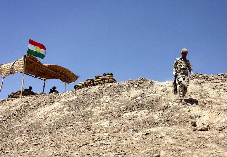 """Al menos 34 yihadistas y tres combatientes kurdos de """"peshmergas"""", las fuerzas de la región autónoma iraquí del Kurdistán, murieron hoy. En la imagen de contexto, un soldado de las tropas kurdas peshmergas mantiene una posición en Makhmur. (Efe/Archivo)"""