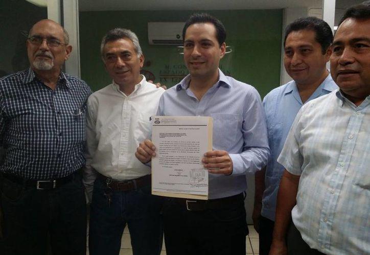El diputado Mauricio Vila Dosal muestra la solicitud de licencia que presentó ante el Congreso. (SIPSE)