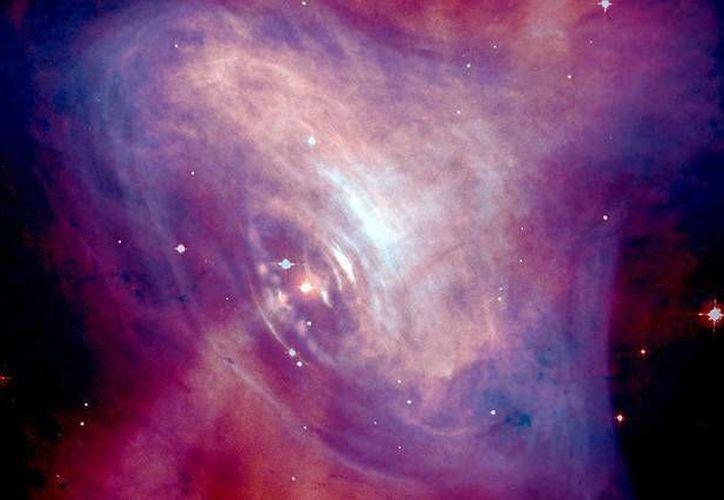 Esta es una foto de la emisión de luz de la Nebulosa del Cangrejo en la que se aprecian los rayos X (en azul) y la imágen con información óptica (en rojo). (NASA)