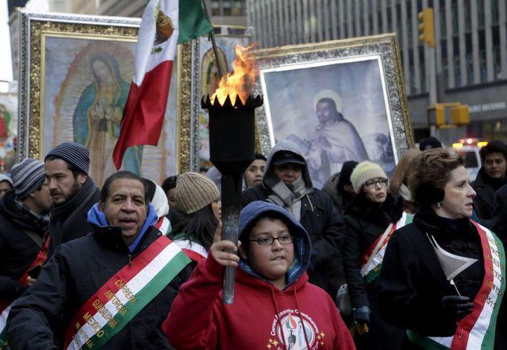 La antorcha de la Virgen de Guadalupe es cargada por mexicanos hasta la catedral de San Patricio, en Nueva York. (Agencias)