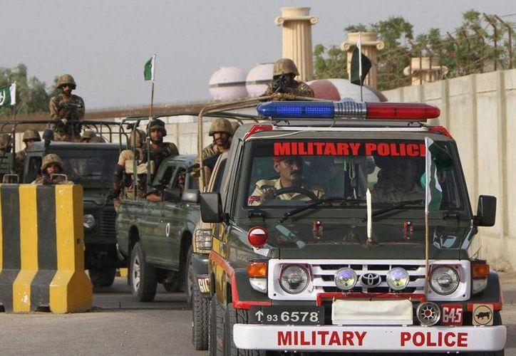 El Ejército de Pakistán destruyó 'bastiones' terroristas en Waziristán y mató a 35 milicianos. La imagen -del mes de junio- es de un convoy de la Armada cuando sale del puesto de control de Malir, en Karachi, en el inicio de la ofensiva contra los insurgentes. (EFE/Archivo)
