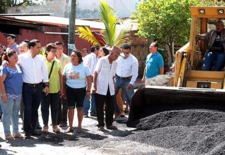 Al verificar la ampliación de la  avenida principal en Sodzil Norte, el alcalde Mauricio Vila manifestó que la obra mejorará la movilidad urbana y garantizará mayor seguridad a los habitantes. (twitter.com/MauVila)