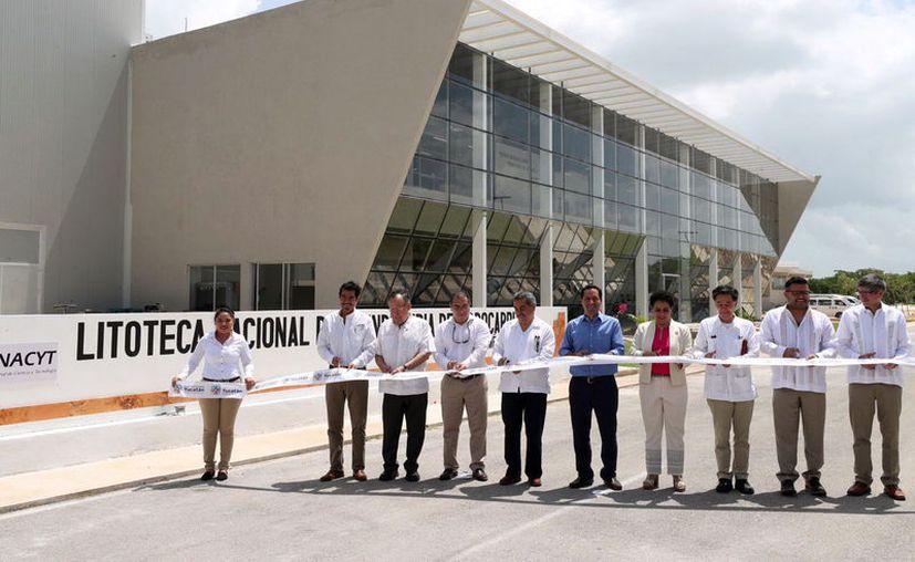 Funcionarios federales y estatales acompañaron el Gobernador en la puesta en marcha de la litoteca. (Novedades Yucatán)