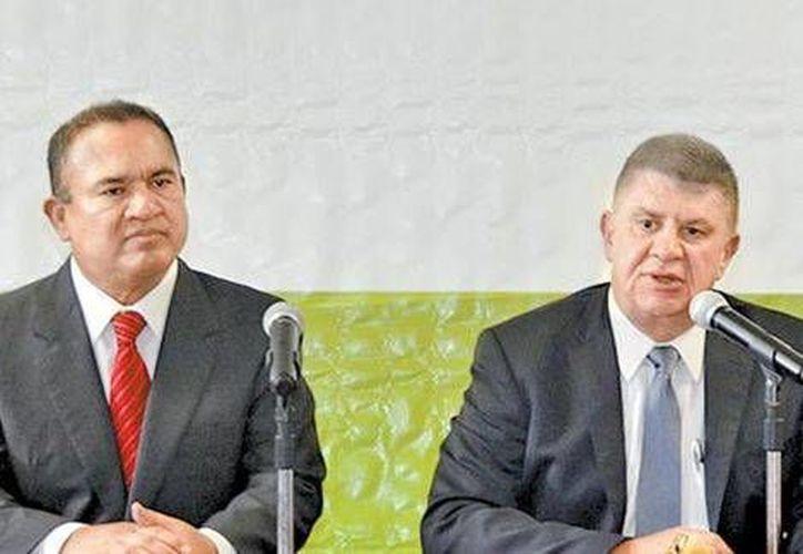 El alcalde de Ecatepec, Pablo Bedolla, y el secretario de Gobierno estatal, José Manzur, en conferencia de prensa para dar a conocer los arrestos y el despido del jefe policiaco. (Milenio)