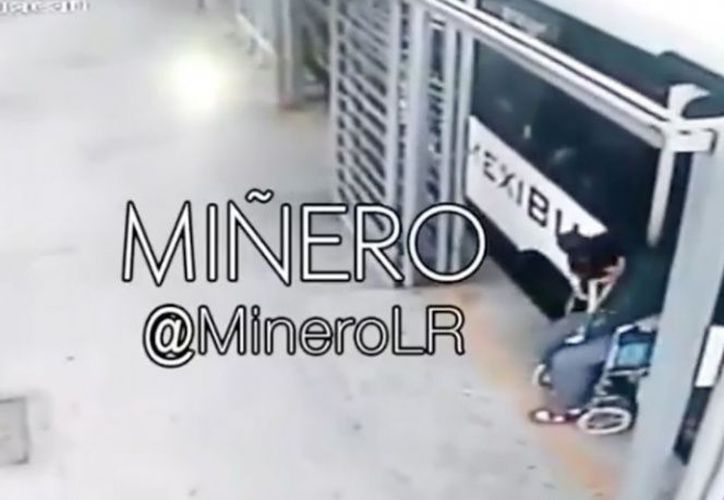 Los internautas suponen que se trata de una impostora que para levantar limosnas recurre a la silla de ruedas. (Captura de Pantalla)