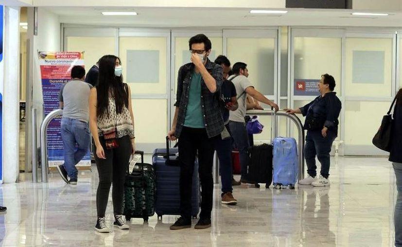 La reactivación de rutas de aerolíneas nacionales ha resultado agridulce para los pasajeros, pues enfrentan cancelaciones sin previo aviso. (Foto: Reforma).