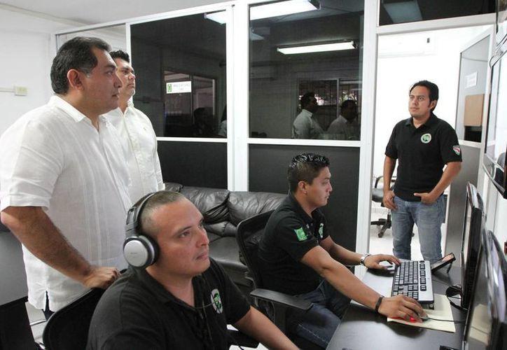 El secretario de Gobierno, Víctor Caballero, constató la modernización del equipo de comunicación del C4. (Cortesía)