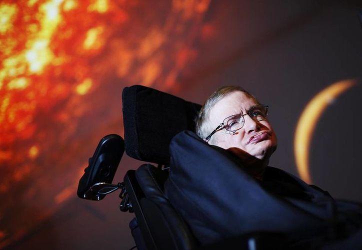 Stephen Hawkings cree poco probable que ocurra el desastre porque es económicamente inviable el financiamento del experimento que aceleraría la Particula de Dios. (AP)