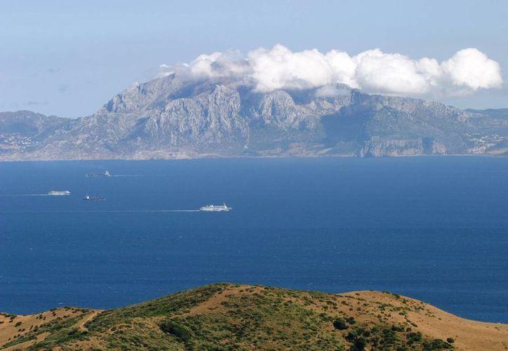 Tres mexicanos quieren cruzar nadando el Estrecho de Gibraltar para recaudar fondos para niños con cáncer. La imagen fue tomada desde el puerto de Tarifa, en España, y lo que se observa al fondo es Marruecos. (Archivo/AP)