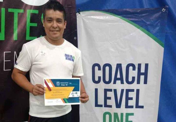Alejandro Orozco señaló que fue muy complicado conseguir este certificado. (Raúl Caballero/SIPSE)