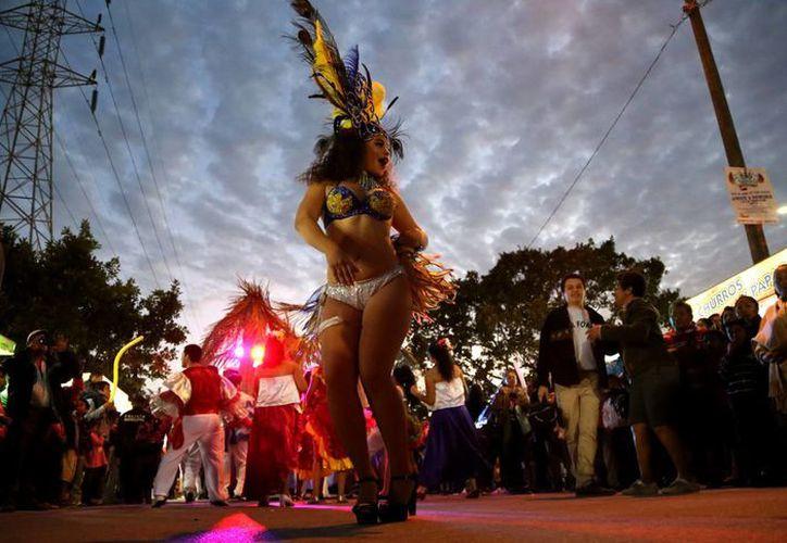Mientras transcurría la noche aumentaba la asistencia del público al carnaval. (Israel Leal/SIPSE)