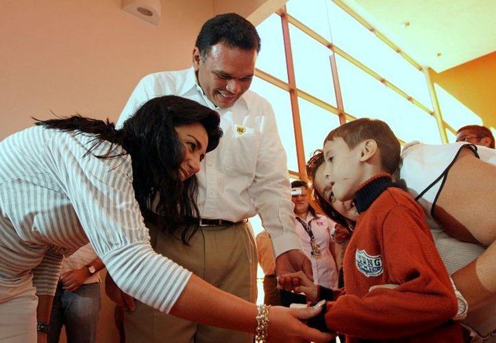 Zapata Bello y la presidenta del DIF, Sarita Blancarte, presenciaron las terapias que el CRIT-Yucatán brinda a pacientes de Quintana Roo, Campeche, Tabasco y Yucatán. (Cortesía)