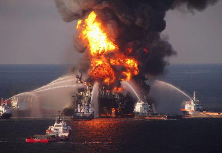 Una explosión el 20 de abril de 2010 mató a 11 hombres y provocó una fuga de 651 millones de litros de crudo en el Golfo de México. (Guardia Costera vía AP, Archivo)