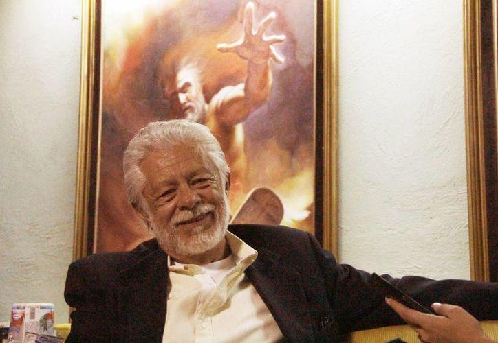 El escritor y poeta yucateco Elman Rosado Arce durante la entrevista. (Milenio Novedades)