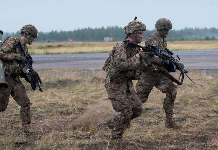 Soldados de EU de la 137 Brigada de Paracaidistas durante ejercicios militares 'Iron Wolf 2016', en la base militar Rukla, a 130 km de Vilna, capital de Lituania, el 15 de junio de 2016. (AP/Mindaugas Kulbis)