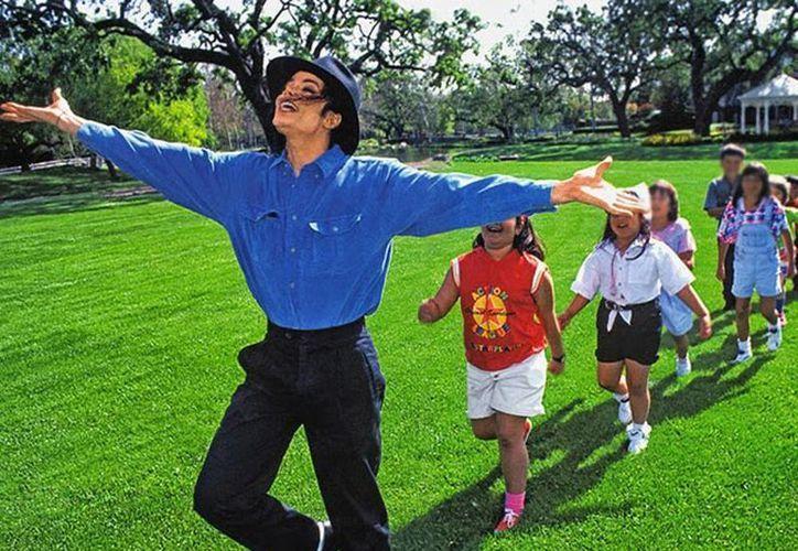 Según las autoridades, en un cateo realizado en la mansión de Neverland en 2003, se encontraron fotos, videos y libros de adolescentes, adultos y niños desnudos. Imagen de Michael Jackson en un video con menores de edad. (Agencias/Archivo)