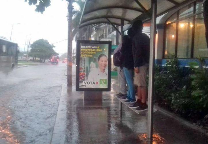Intensas lluvias ocasionaron retraso para llegar al trabajo y ausentismo escolar. (Foto: SIPSE)