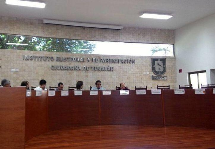 Sesión del Consejo Electoral del Estado en la que se informó que ya concluyó el conteo oficial de votos en 101 consejos municipales y ocho juntas distritales locales. En la sesión de hoy, hubo ausentismo de representantes de partidos políticos. (Ana Hernández/SIPSE)