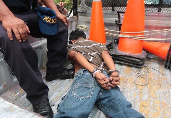 Agentes de la Secretaría de Seguridad Pública llegaron para efectuar un operativo que permitió el arresto de este frustrado ladrón con todo y botín. (Milenio Novedades)