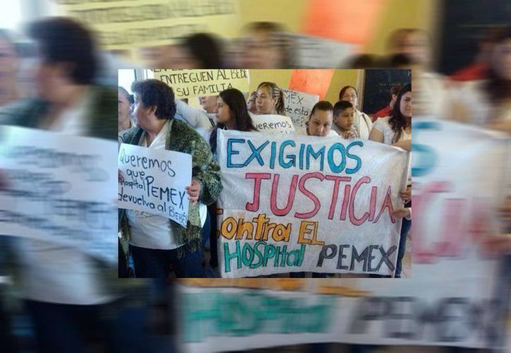 Los familiares de Jovita Vela manifestaron su inconformidad mediante carteles al plantarse frente al Hospital de Pemex. (Mayté Villasana/Milenio)