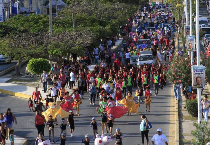 Desfilaron sobre la avenida Tulum hasta llegar en el parque de Las Palapas. (Tomás Álvarez/SIPSE)