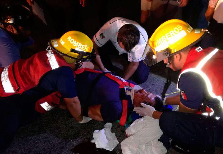 Personal de bomberos atendió a Antonio N, y decidió su traslado al Hospital General. (Redacción/SIPSE)
