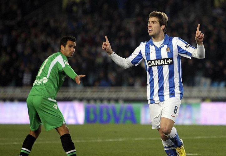 Carlos Vela colaboró con un gol en el partido. En la imagen, Iñigo Martínez celebra su anotación. (EFE)