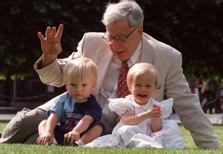 Robert Edwards con dos de sus bebés de probeta, Sophie y Jack Emery cuando celebraron dos años de vida, el 20 de mjulio de 1998. (Foto: Archivo/AP)